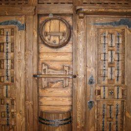 Двери из дерева — это прочность и солидность